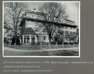 Le siège du gouvernement du Land dans l'ancien Deutsches Institut für Ärztliche Mission, Nauklerstraße 47, scan d'un album de la ville de Tübingen pour Viktor Renner, vers 1952, droits : Archives municipales de Tübingen