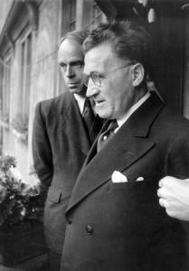 Le maire Adolf Hartmeyer sur le balcon de la mairie
