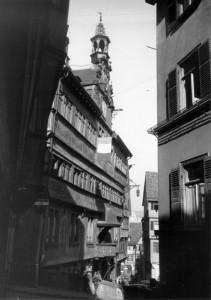 Tübinger Rathaus mit französischer Trikolore (Blick vom Wienergäßle), Herbst 1947, Foto: Carl Näher, Bildrechte: Stadtarchiv Reutlingen