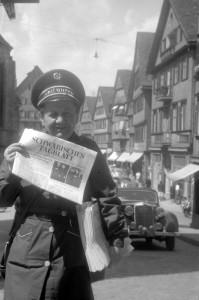 Emma Fischer, Zeitungsfrau Schwäbisches Tagblatt, 1951, Foto: Alfred Göhner, Bildrechte: Stadtarchiv Tübingen