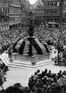 Enthüllung des erneuerten Marktbrunnens, 3. Juli 1948, Foto: Carl Näher, Bildrechte: Stadtarchiv Reutlingen