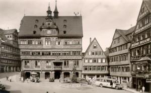 La Marktplatz, mairie et fontaine de Neptune, mai 1949, carte postale des frères Metz, droits : Haus der Geschichte Baden-Württemberg