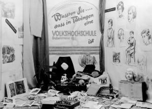 Volkshochschule, Schaukasten im Kommödle an der Wilhelmstraße, 1952, Foto: Kleinfeldt, Bildrechte: Stadtarchiv Tübingen