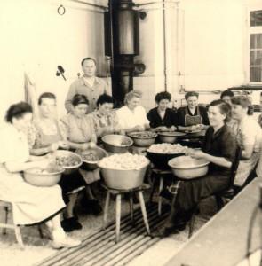 Soupe populaire au Sozialamt de Tübingen, des femmes préparent les repas, vers 1950