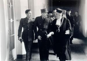René Cheval, le général Marie-Pierre Koenig et le recteur Theodor Steinbüchel (de gauche à droite) dans la Neue Aula, le 5 juillet 1946, photographie : Rotophot, droits : Archives municipales de Reutlingen