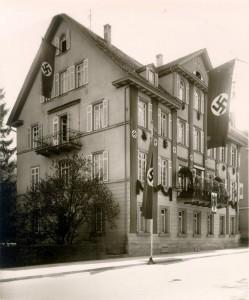 Bâtiment de la direction locale du parti national-socialiste avec des drapeaux aux croix gammées