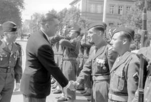 Abschiedsparade für Gouverneur Guillaume Widmer in der Wilhelmstraße, 30. Juni 1952