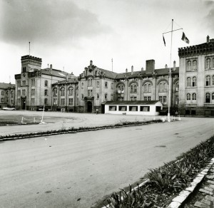 Thiepval-Kaserne mit französischen Flaggen, von der Hegelstraße aus gesehen