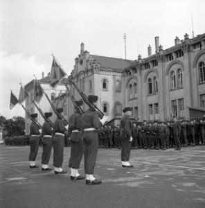 Cérémonie d'adieux d'une unité française devant la caserne Thiepval, vers 1960