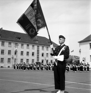 Cérémonie d'hommage de drapeaux dans le quartier Maud'Huy, vers 1960, photographe : Alfred Göhner, droits : Archives municipales de Tübingen